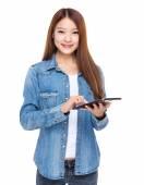 Tablet ile genç kadın — Stok fotoğraf