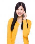 Mujer joven con el teléfono móvil — Foto de Stock