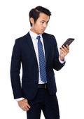 Cep telefonu ile genç işadamı — Stok fotoğraf