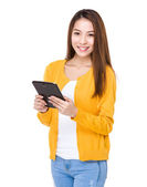 Woman using digital tablet — Stock fotografie