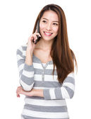 Kvinnan talar i mobiltelefon — Stockfoto