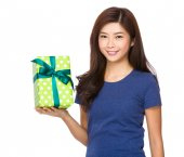 Woman with giftbox — Stock Photo