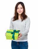 Jovem mulher asiática com caixa de presente — Fotografia Stock