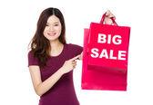 Kobieta, wskazując na torby na zakupy — Zdjęcie stockowe