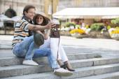 Couple photographing on steps — Stockfoto
