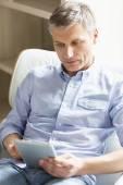 Man met digitale tablet pc — Stockfoto