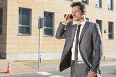 Homem de negócios usando o celular — Fotografia Stock