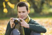 Man watching photographs on digital camera — Stock Photo