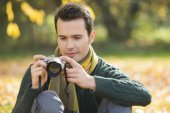 Man photographing in park — Stock Photo