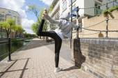 Woman doing stretching exercise — Stockfoto