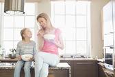 Madre e figlia avendo colazione — Foto Stock