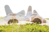 Paar auf Picknickdecke liegen — Stockfoto
