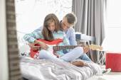 Father and daughter playing guitar — Stockfoto