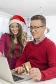 父亲和女儿在线购物 — 图库照片