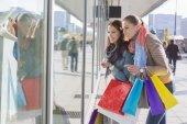 Female friends window shopping — Foto de Stock