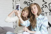 Sisters pouting while taking photos — Stock Photo