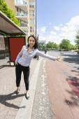Businesswoman hailing taxi — Stock Photo