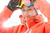 Donna che indossa occhiali da sci — Foto Stock