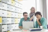 Businesspeople using laptop — Stockfoto