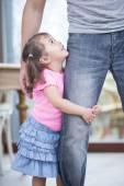 Girl hugging father's leg — Foto de Stock