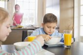 Siblings having breakfast — Stock Photo