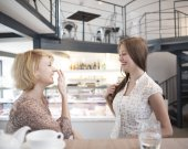 Women gossiping in cafe — Stock Photo