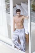 Man står på balkong dörren — Stockfoto