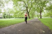 Woman jogging in park — Stock Photo