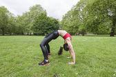 Frau ausübung im park — Stockfoto