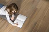 Teenage girl reading book — Stock Photo