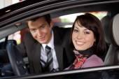 Couple assis dans une voiture neuve — Photo