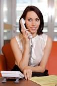 Affärskvinna samtala på telefon — Stockfoto