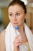 Frau hält eine Flasche — Stockfoto
