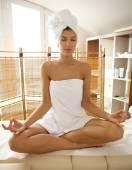 Femme qui fait du yoga — Photo
