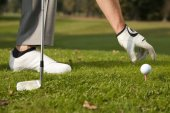 Hand positioning golf ball — Stockfoto