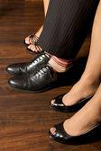 Gambe sul pavimento di legno duro — Foto Stock