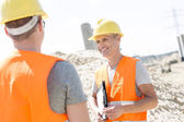Supervisor discussing with colleague — Stock Photo