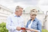 Couple reading guidebook — Stock Photo