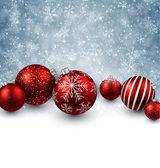 Winter achtergrond met rode kerstballen. — Stockvector