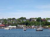 Portland maine pobřeží s lodí ve vodě, domy na s — Stock fotografie