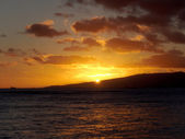 Dramatic lighting as Sunsets behind Waianae mountains  — Stock Photo