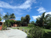Příjezdová cesta a waimanalo beach house na hezký den — Stock fotografie