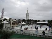 People Ice-skating in a pop-up ring Justin Herman Plaza to celeb — Stock Photo