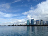 Glassy water of Ala Moana Beach with Condo buildings and constru — Stock Photo