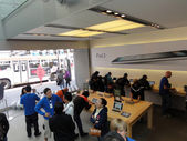 People look at products and talk to sales reps inside Apple Stor — Stock Photo