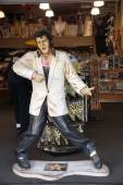 Replica of Elvis Presley singing in a souvenir store on Hollywoo — Stock Photo