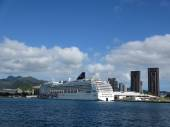 NCL Cruiseship, Pride of America,  docked in Honolulu Harbor wit — Stockfoto