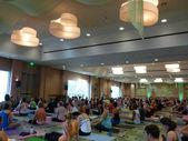 Yoga Teacher Baron Baptiste talks to students before the start o — Stock Photo