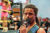 NXT Wrestle CJ Parker talks on mic outside ring to crowd — Zdjęcie stockowe