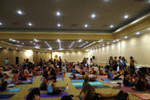 Students talk and gather before the start of large yoga class fe — Stock Photo